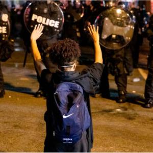 WSJ紙の記事「『制度化されたレイシズムが警察には存在する』という作り話」を訳しました