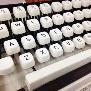 タイプライター風のカラフルなキーボードが可愛い!販売店はどこ?通販はある?