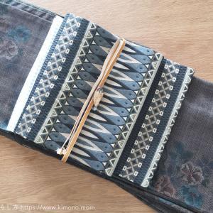 本日のお着物。大島紬と名古屋帯、魚の開きの帯留め。
