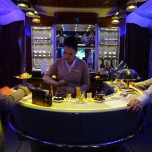 マドリード&ドバイ(5)エミレーツA380ビジネスクラスを満喫〜関空からドバイまでの機内ラウンジ〜