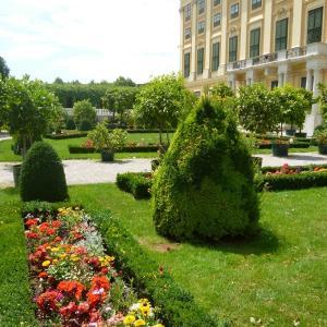 シェーンブルン宮殿の広大な庭園