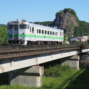 橋梁を渡る朝の列車