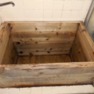 浴室でお風呂を組み立てる準備中