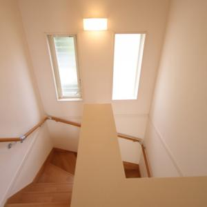 階段や吹き抜けのクロス張替えは足場や養生費用などで割高になる!
