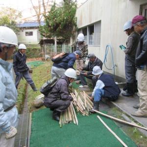 樹木名板設置場所に竹の立て札を立てて周る