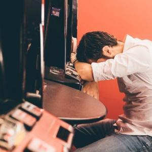 ギャンブル依存症が辛い理由4つ【周りは理解してくれない】