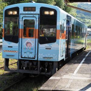 夏の天竜浜名湖鉄道 西気賀駅の「ゆるキャン△」×天浜線ラッピング列車
