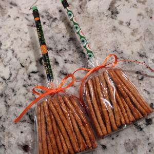 魔女のほうきのプレゼント2種:プレッツェル or チートスで作るハロウィンのスナックアイディア
