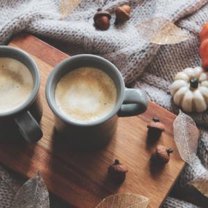 秋の夜長にカフェインレスのカフェラテはいかが?