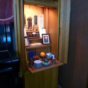 我が家の仏壇のこと (鐘は孫娘の楽器です)