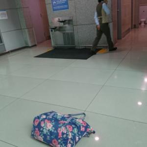 インチョン空港のトイレでは荷物はどこに置くん?