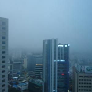 韓国テグの朝はかすんでるわなう。
