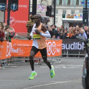 フルマラソンでタイムを縮める5つの方法(キプチョゲ選手の1時間59分40秒のレースを科学する)