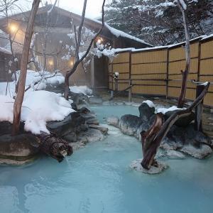 濃い硫黄泉を川のような大露天風呂と貸し切り湯で楽しめる福島県高湯温泉「安達屋旅館」