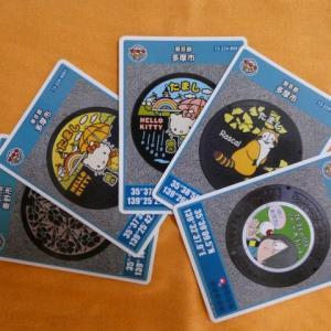 小田急線・京王線の駅から徒歩5分以内でもらえるキャラクターのマンホールカード