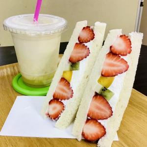 八食センター カフェ23 八戸イチゴのフルーツサンド