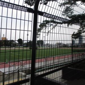 朝から多くのランナーが利用する富士森公園陸上競技場と花壇の様子(2020年7月5日)