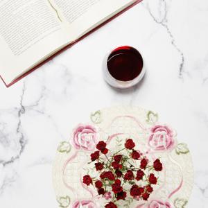 綺麗な赤いバラのドライフラワー