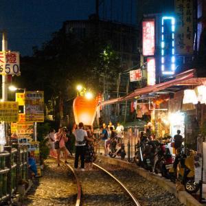 台湾 十分老街で天燈(ランタン)上げをウオッチ