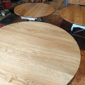 ナラ材のサークルテーブル