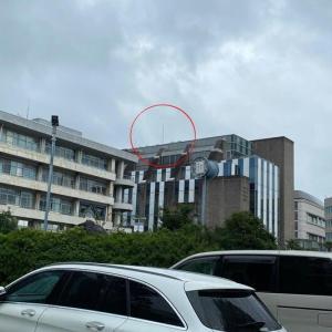 慶応病院の「信濃町煉瓦館」屋上にはためく創価学会の三色旗が降ろされた