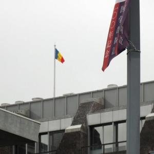 慶応病院の「信濃町煉瓦館」屋上にはためく創価学会の三色旗が降ろされた(一年前の記事ですが。)