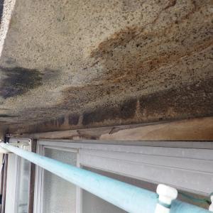 サッシから雨水が浸入してくるのはやっぱりオーバーハングの水切りが無いから
