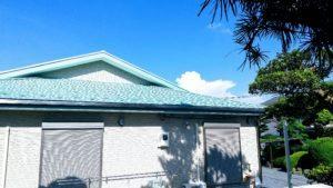 8月の青空に映える屋根の正体