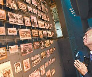 【悲報】鳩山由紀夫元首相、再び、朝鮮人徴用工の写真の前で土下座してしまう
