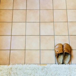 玄関の頑固なタイル汚れを落とす