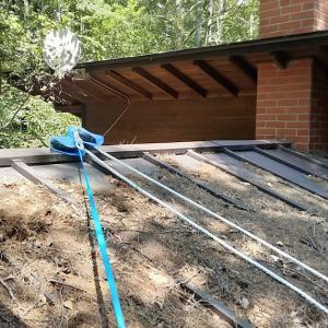 屋根の上の落ち葉除去