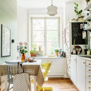 Yellow×Green×Blueの愛らしいキッチン。