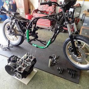 Z1000R(R2):エンジンを車体に載せます