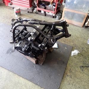 GPZ900R(A7):部品から車体へ
