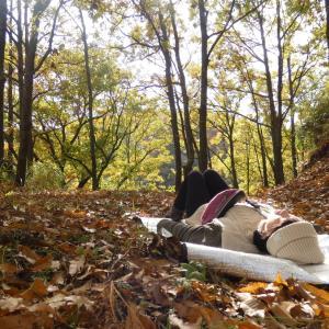 マゼノ渓谷の大自然の中で寝そべる女。