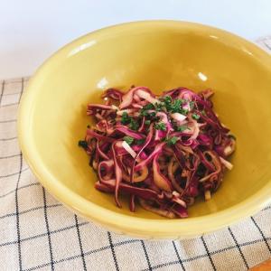 【みなぎる健康レシピ0009】消化を助けて胃の粘膜を修復、レモンと蜂蜜とスパイスが香る紫キャベツと大根のコールスロー