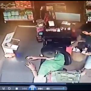 お札で銃を構えられない状況の強盗を逃してしまう店員