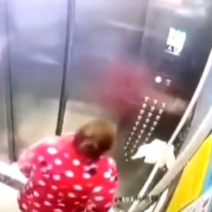 【コロナ】エレベーターのボタンに唾を吐きかけるオバちゃん