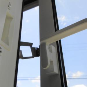 縦すべり出し窓の開口制限ストッパーとは?風対策や落下防止にも