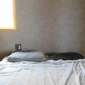 後悔!寝室ベッド上のコンセント位置。ニッチを設けたかった!