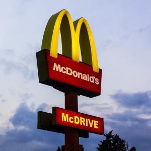 マクドナルドCEOが退任し、米国指数は最高値を更新するなか、MCDの株価はしっかりと下落