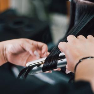 どっちを選ぶ?美容師がホリスティックキュアストレート2種類の違いを解説