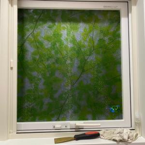 窓にプライバシーフィルム貼った