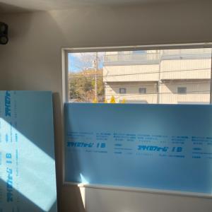 カラオケルーム窓に着脱式の防音壁作成中