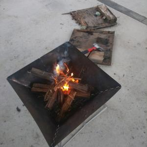 片付けるはずが   朝から 焚き火