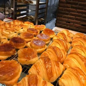 週3日・19時開店!幻のパン屋「パリの空の下」のクロワッサン
