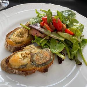フランス人の夏はサラダ!焼き山羊チーズのサラダが人気です