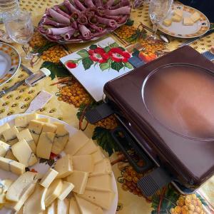 ラクレットという食べ物は、フランス版・チーズフォンデュじゃない
