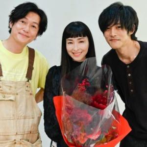 松坂桃李『あのキス』撮影終了で「大好きです!」 井浦新&麻生久美子と熱いハグも