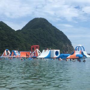 子どもも大人も楽しめる海上アスレチックスがある竹野浜海水浴場